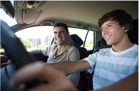 jeune qui conduit avec un accompagnateur
