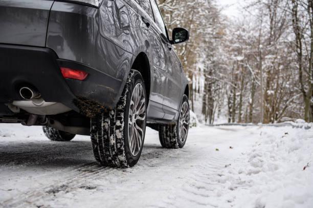 Voiture équipée de pneus hiver pour rouler sur la neige avec ou sans chaînes